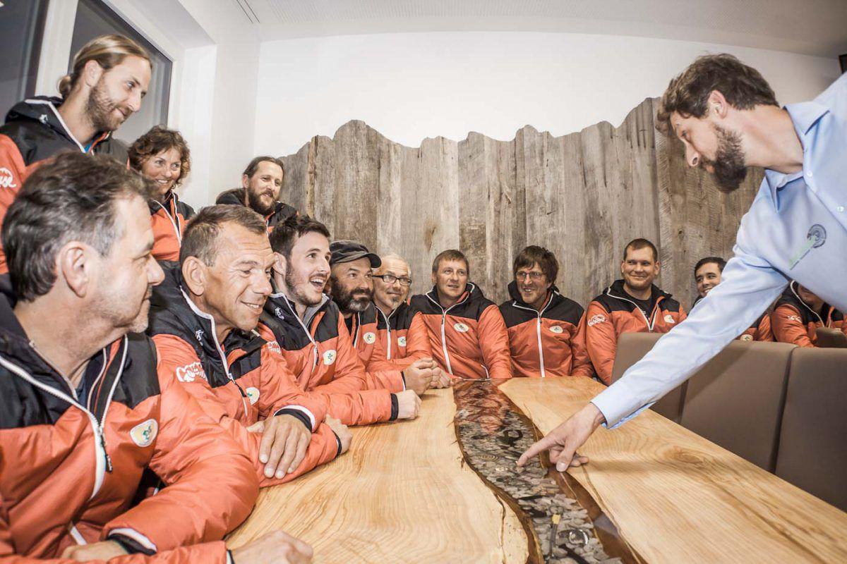 Tisch Admont Bergrettung Kunstharz Harz Gegenstände eingegossen