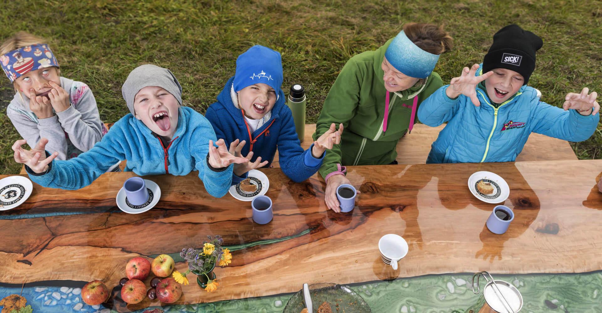 Kinder am Fluss-Tisch