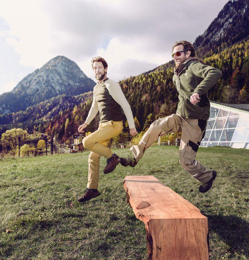Ulrich Schober und Stefan Winter springen über eine Holzbank