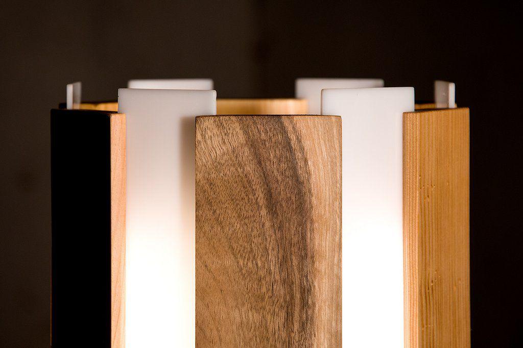 Stehlampe aus geradlinigen Holzlatten in sechs verschiedenen Holzarten dazwischen Milchglas