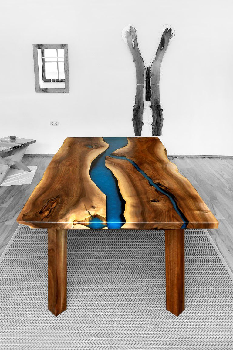 Nuusstisch aus Voolholz in der Mitte ein intensiver bleuer Kunstharzfluss