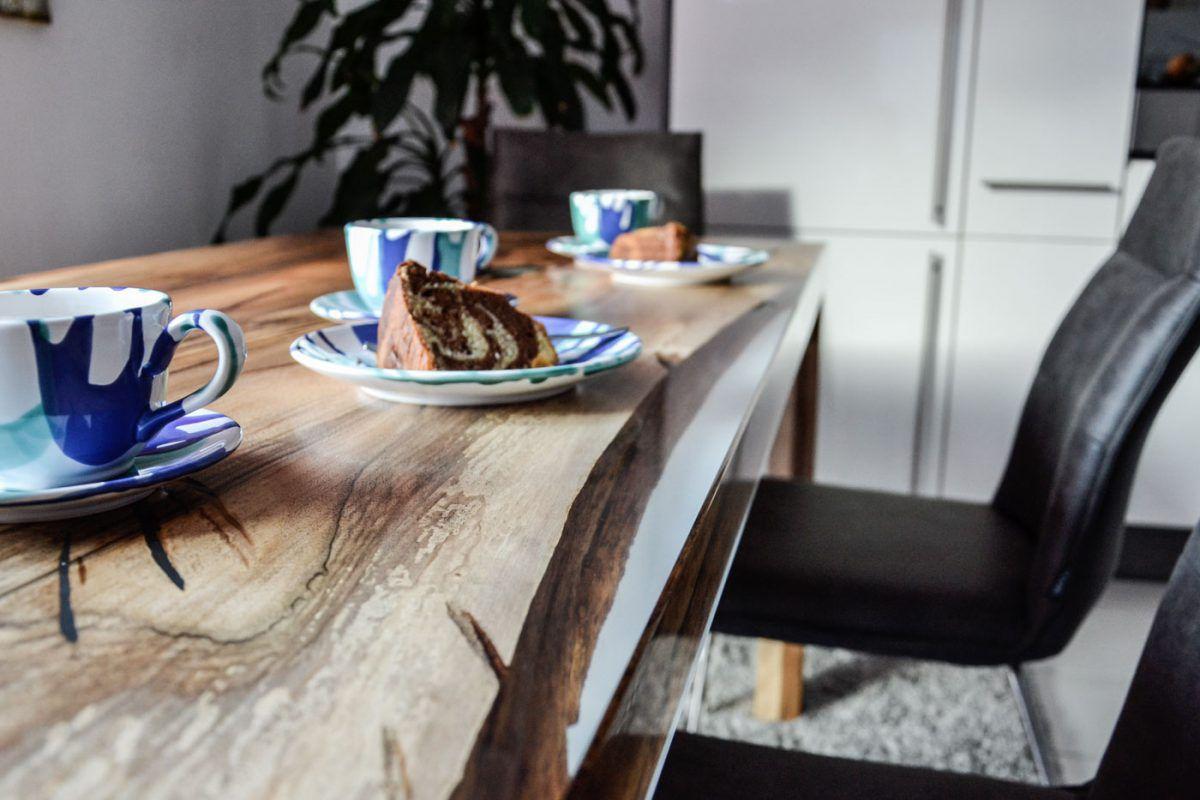 Tisch Walnuss aus einem Stück Holz mit passender Vollholz-Bank