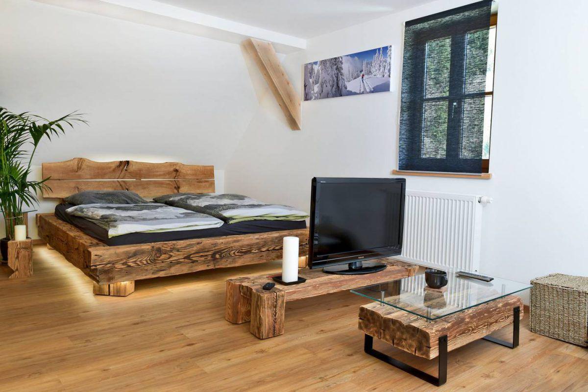 Bett aus Vollholz mit Altholz und Couchtisch sowie Fernseh-Kommode aus dem selben Holz