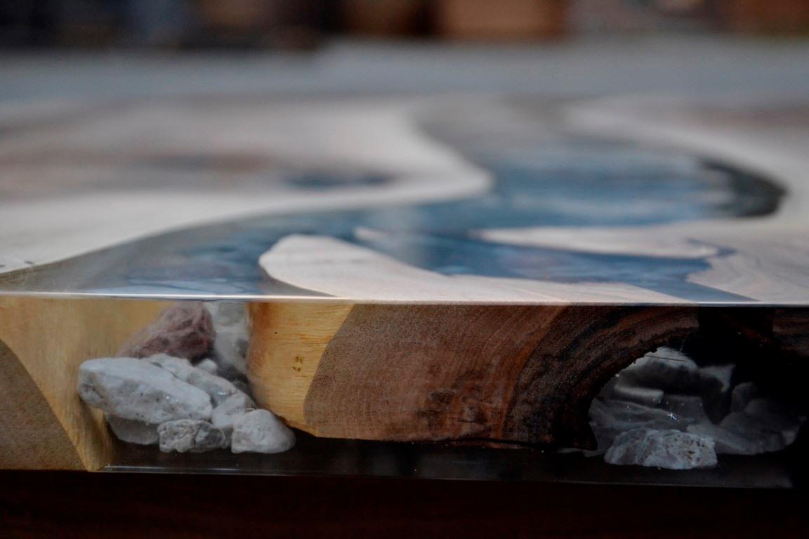 Vollholztisch aus Nussholz mit Einlegearbeit aus den Steinen der Umgebung der schönen Kölblalm